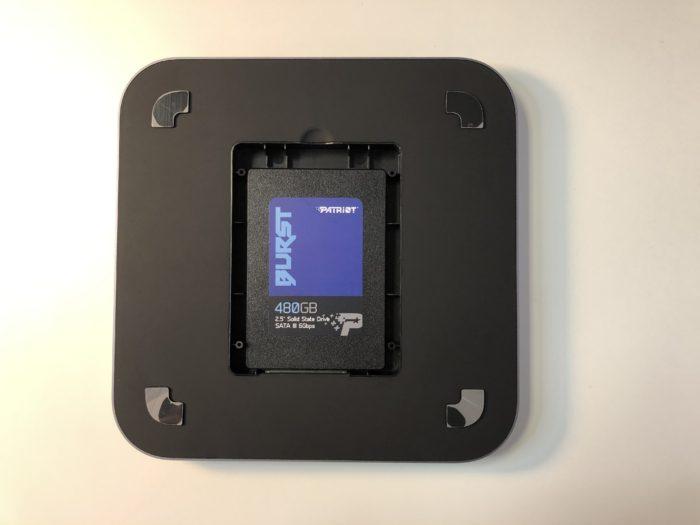 """2,5"""" disk se jednoduše vkládá ze spodní strany, stačí odšroubovat 4 šroubky"""